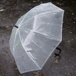 傘の風に強いのは16本骨グラスファイバー製がいい!ビニール傘もある